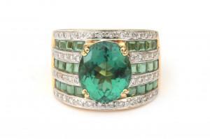 Een 18 krt gouden ring met toermalijn en diamant