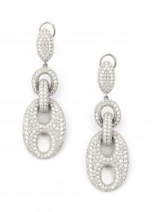 Een paar 14 krt witgouden lange diamant oorhangers
