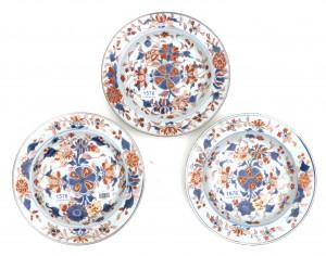 Drie Chinees porseleinen Imari borden.