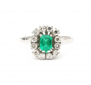 Witgouden entourage ring met smaragd