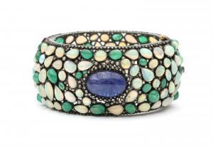 Een zilveren armband met diamant, smaragd, opaal en tanzaniet