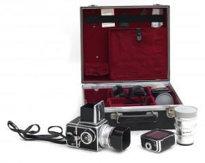Een Hasselblad 500c spiegelreflexcamera met drie objectieven en toebehoren in koffer,Duitsland, jaren '60/'70.