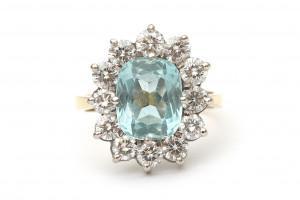 Een 18 krt gouden entourage ring met aquamarijn en diamant