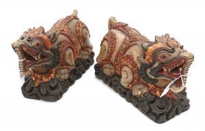 Twee gekleurd en deels verguld houten beelden met opberggedeelte in de vorm van fabeldieren. Indonesië. 20e Eeuw.