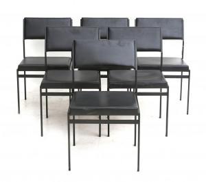 Zes zwarte metalen eetkamerstoelen met skai bekleding, Cees Braakman voor Pastoe, model SM07 uit de Japanserie. Schuimrubber verpulverd. Hoogte 77 cm, zithoogte circa 43 cm.