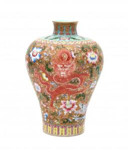Een Chinese fencai meiping draken vaas. Eerste helft 20e eeuw.