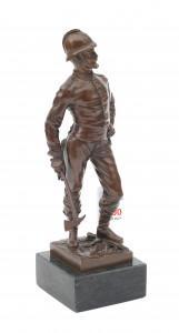 Een bronzen beeld op stenen sokkel. Gehelmde man met bijl. Edouard Drouot (1859-1945). Hoogte 25 cm. Inclusief sokkel 28,5 cm.