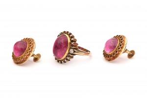 Geelgouden oorstekers en ring met roze toermalijn