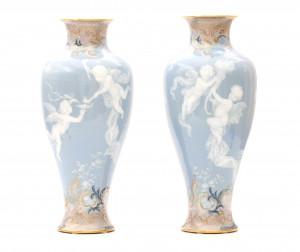 Een uitzonderlijk paar licht blauwe pate-sur-pate vazen. Meissen, 19e eeuw