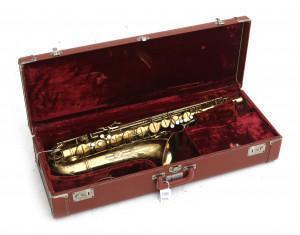Een alt-saxofoon in koffer, CG Conn Ltd Elkhart IND USA.