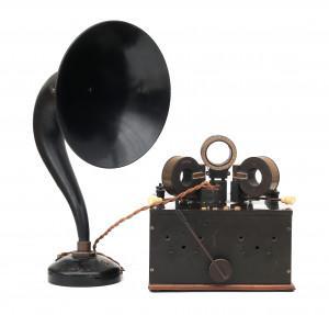 Een Nederlandsche Radio Industrie buizenradio met spoelen, type Corona en een Sterling baby luidsprekerhoorn, Nederland, ca. 1920.